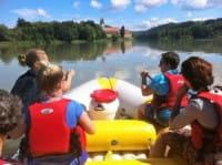 Schlauboot bei Rivertour vor Kloster Vornbach